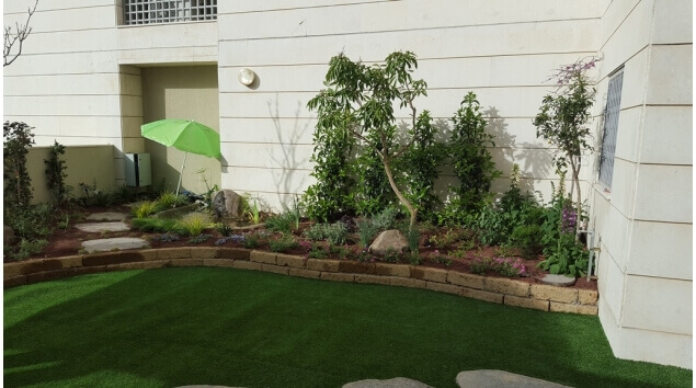 בית עם גינה מעוצבת בדשא סינטטי