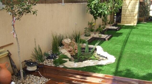 בריכה קטנה בגינה עם דשא סינטטי