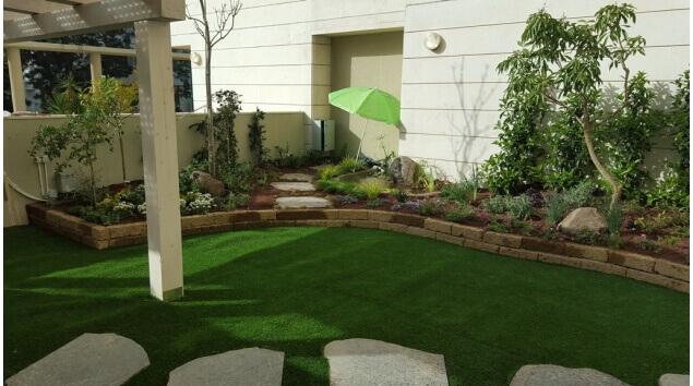 גינה עם דשא סינטטי וצמחייה