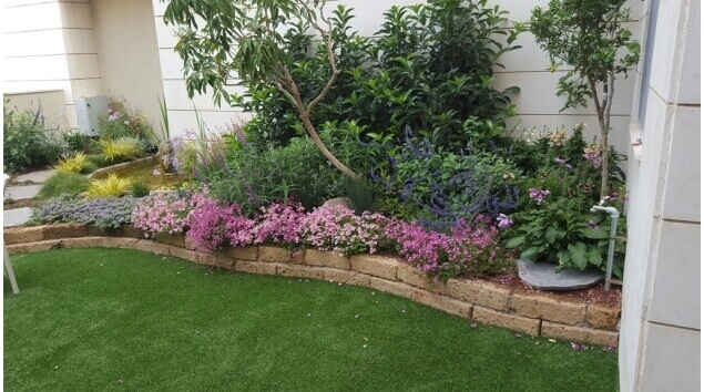 גינה של בית פרטי עם דשא סינטטי